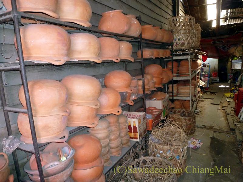 チェンマイにあるレトロな雑貨屋の店の奥の棚