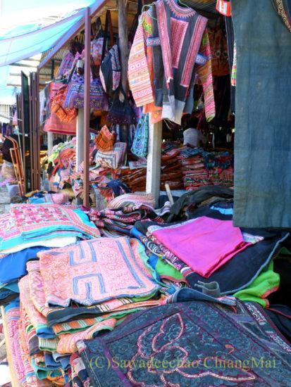 チェンマイの山岳少数民族の布屋の店頭