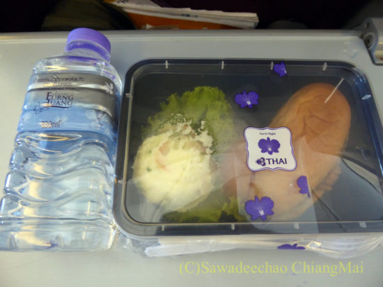 TG105便エコノミークラスの機内食全景