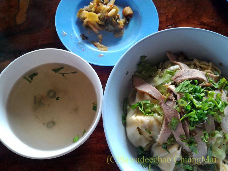 アルノータイのピロム雲南麺館の汁なしワンタン中華麺