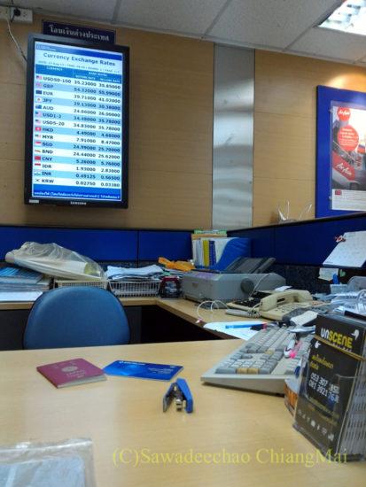 チェンマイの銀行で預金残高証明書を取得する様子