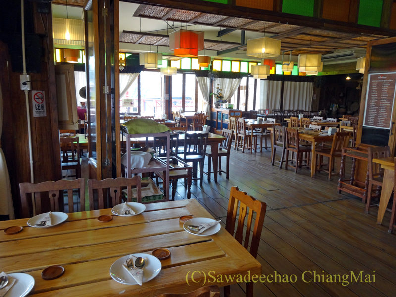 チェンマイのレストラン「ラムディーティークワデーン」の店内