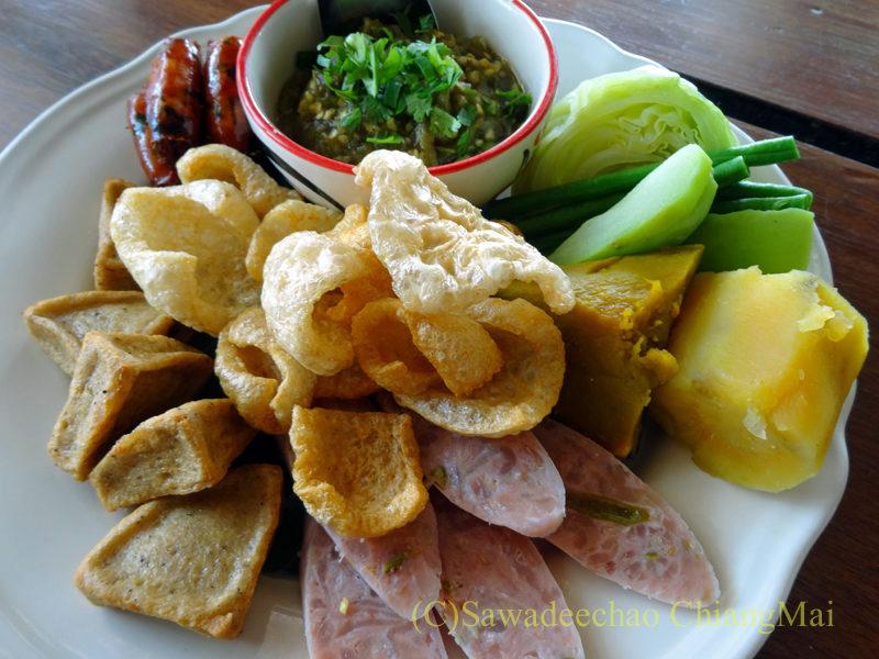 チェンマイのレストラン「ラムディーティークワデーン」のオードブルムアン