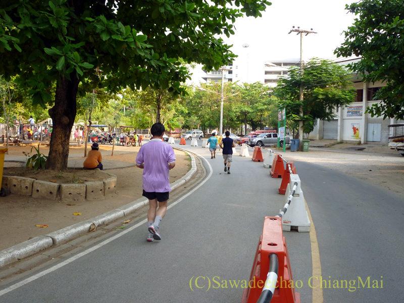 チェンマイの競技場でジョギングする人々