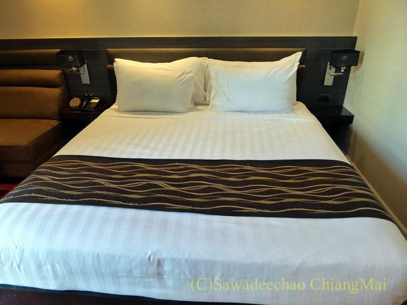 バンコクの中級ホテル、アモラネオラックススイーツのベッド