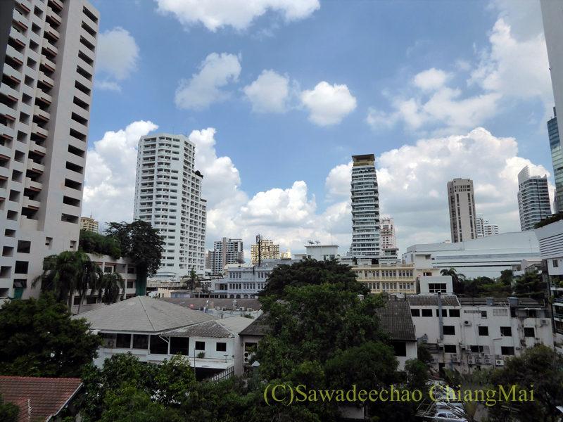 バンコクの中級ホテル、アモラネオラックススイーツの客室からの眺め