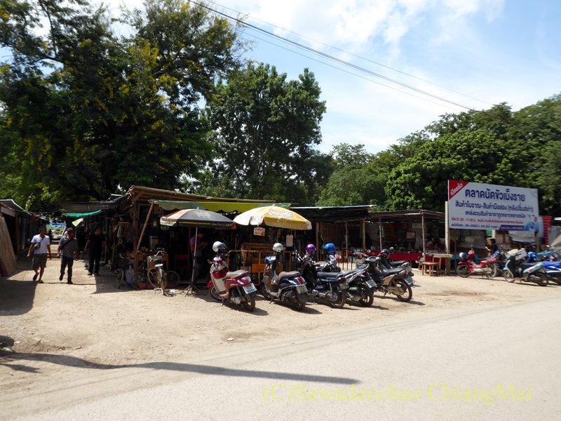 チェンマイ南部の土日ガラクタ市概観