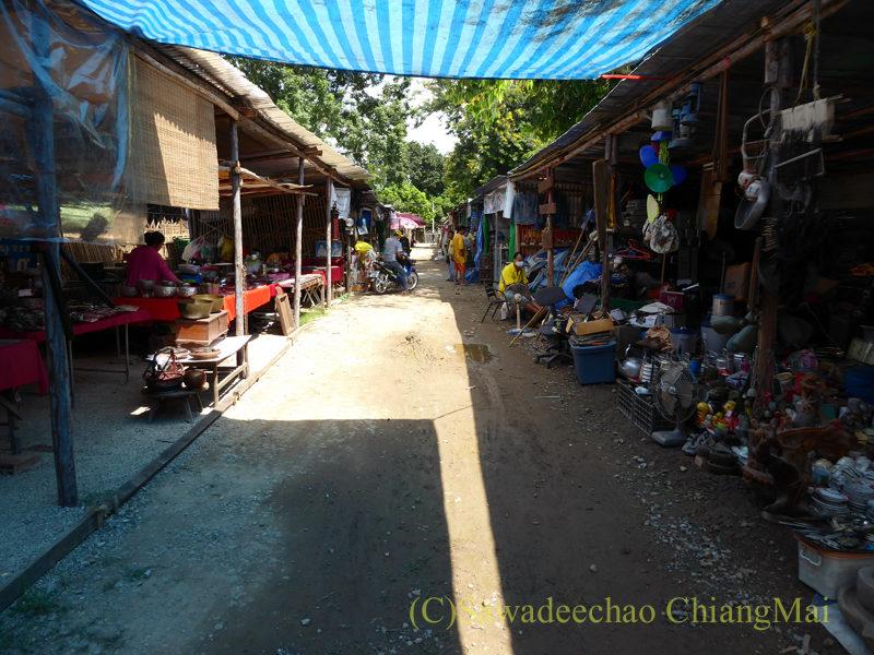 チェンマイ南部の土日ガラクタ市の内部概観