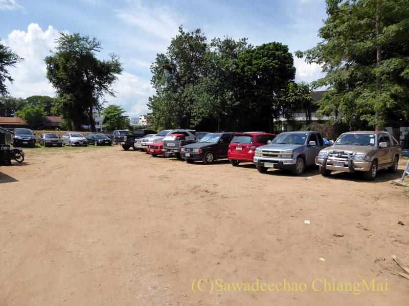 チェンマイ南部の土日ガラクタ市の駐車場