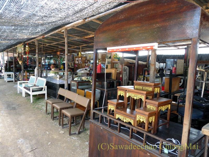 チェンマイ南部の土日ガラクタ市の家具屋