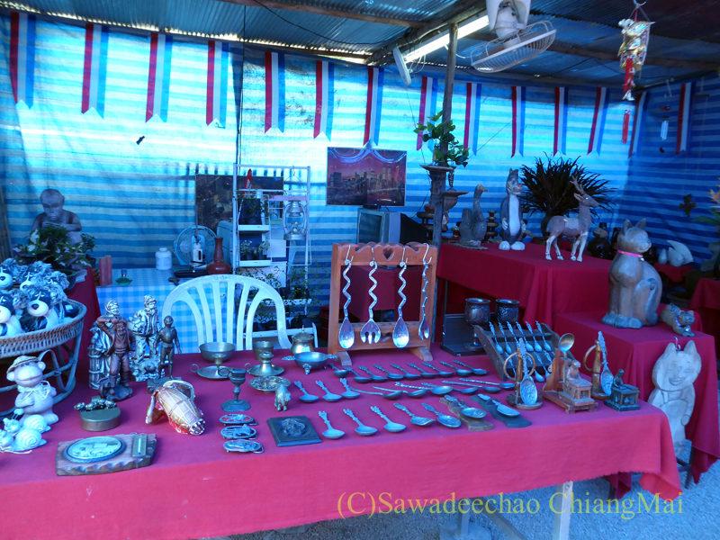 チェンマイ南部の土日ガラクタ市の民具屋
