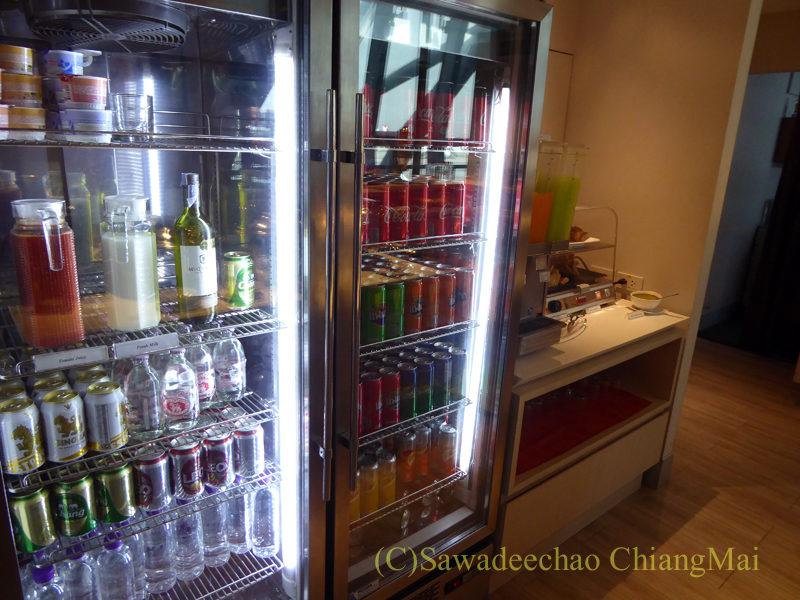 バンコクのスワンナプーム空港ミラクルファーストクラスラウンジのドリンク冷蔵庫