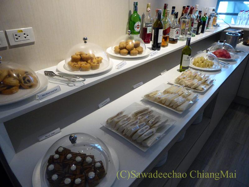 バンコクのスワンナプーム空港ミラクルファーストクラスラウンジのサンドイッチやペイストリーのコーナー