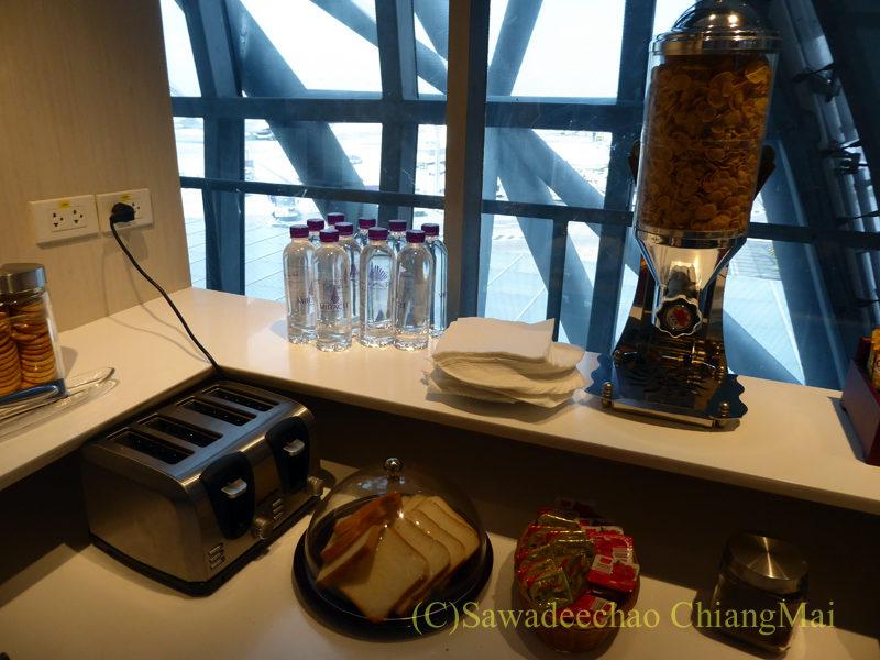 バンコクのスワンナプーム空港ミラクルファーストクラスラウンジのパンのコーナー