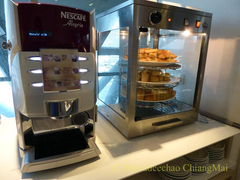 バンコクのスワンナプーム空港ミラクルファーストクラスラウンジのコーヒーマシン