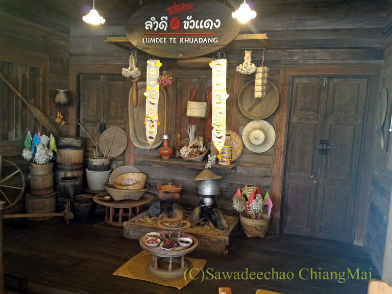 チェンマイのレストラン「ラムディーティークワデーン」のディスプレイ