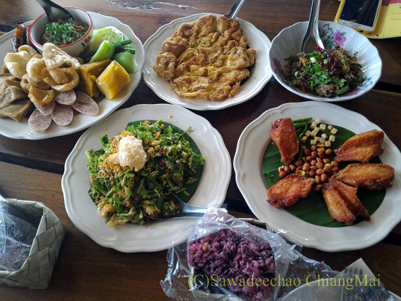 チェンマイのレストラン「ラムディーティークワデーン」の料理全景