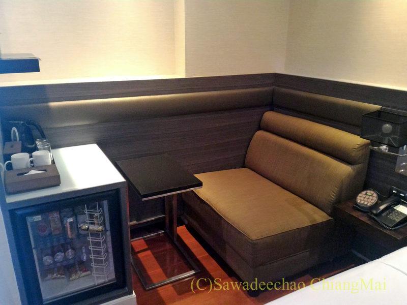 バンコクの中級ホテル、アモラネオラックススイーツのソファと冷蔵庫