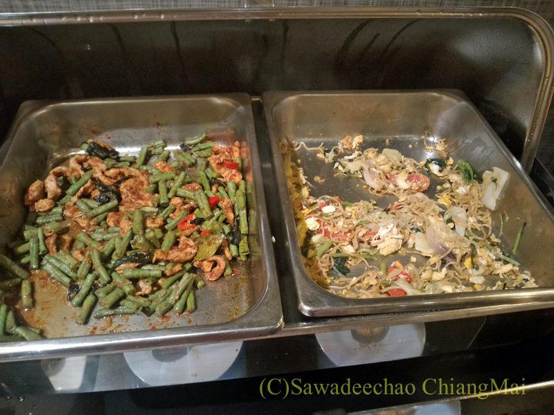 バンコクの中級ホテル、アモラネオラックススイーツの朝食のタイ料理