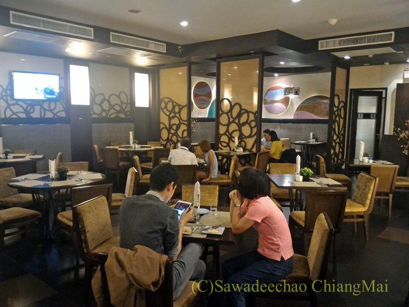 バンコクの中級ホテル、アモラネオラックススイーツの朝食会場