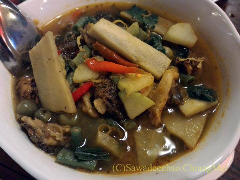 チェンマイのレストラン「ラムディーティークワデーン」のゲーンケーゴップ