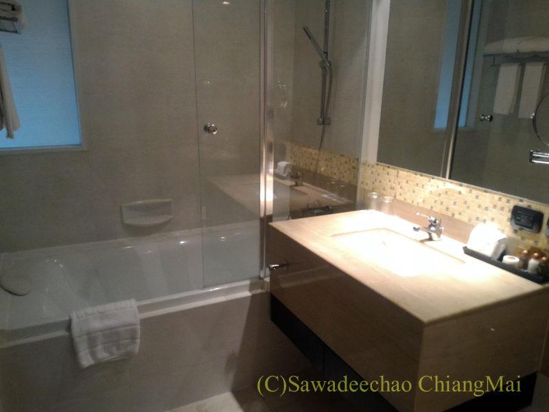 バンコクの中級ホテル、アモラネオラックススイーツのバスルーム概観