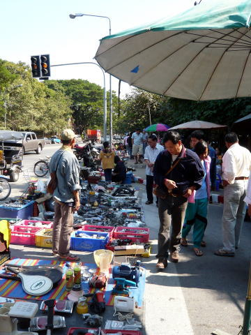 バムルンラート通りで開かれていたガラクタ市