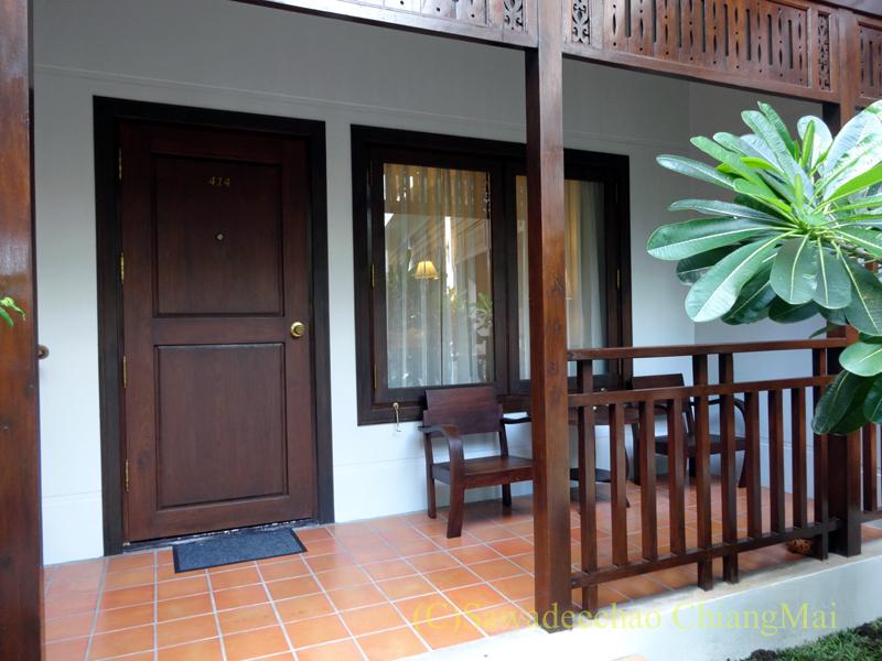 チェンマイのリムピンビレッジホテルの客室入口