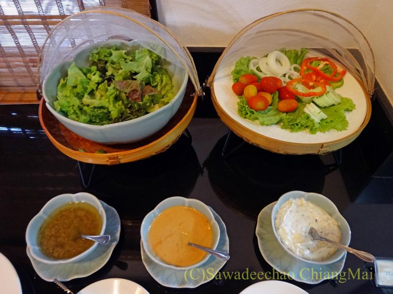チェンマイのリムピンビレッジホテルのサラダ