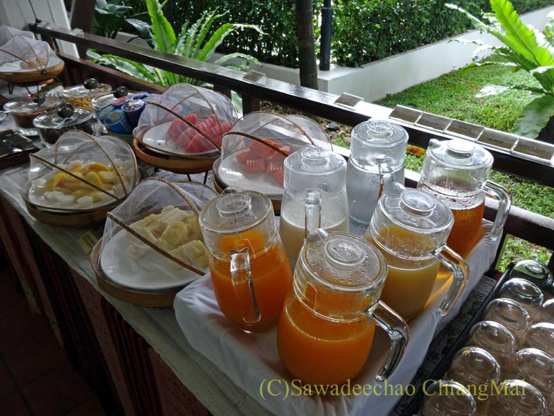 チェンマイのリムピンビレッジホテルの飲み物とフルーツ