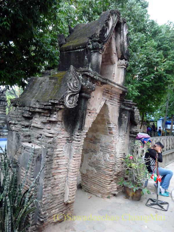 チェンマイのタイヤイ(シャン族)寺院、ワットパーパオの仏塔の楼門