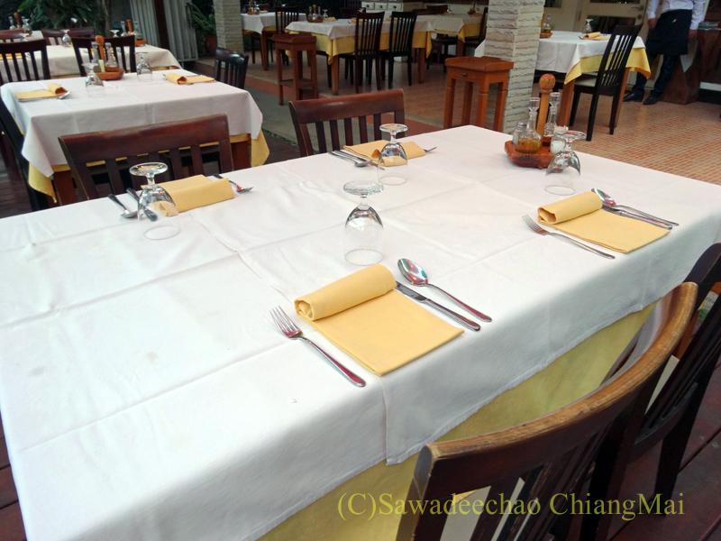 チェンマイのイタリア料理レストラン、ダ・アントニオのテーブルセッティング