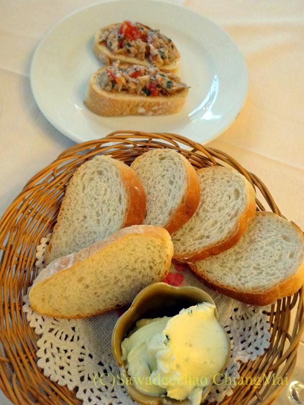 チェンマイのイタリア料理レストラン、ダ・アントニオの突き出しとバケット