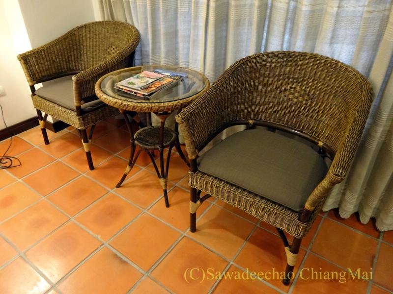 チェンマイのリムピンビレッジホテルのイスとテーブル