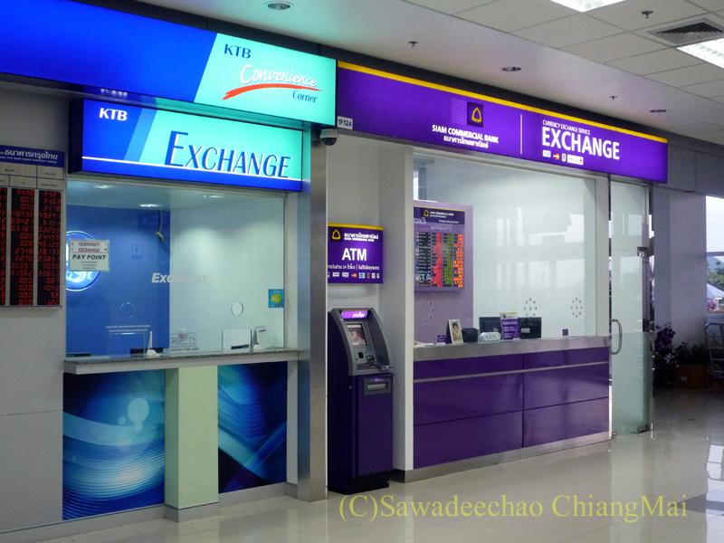 チェンマイ空港到着ロビーの銀行の両替ブース