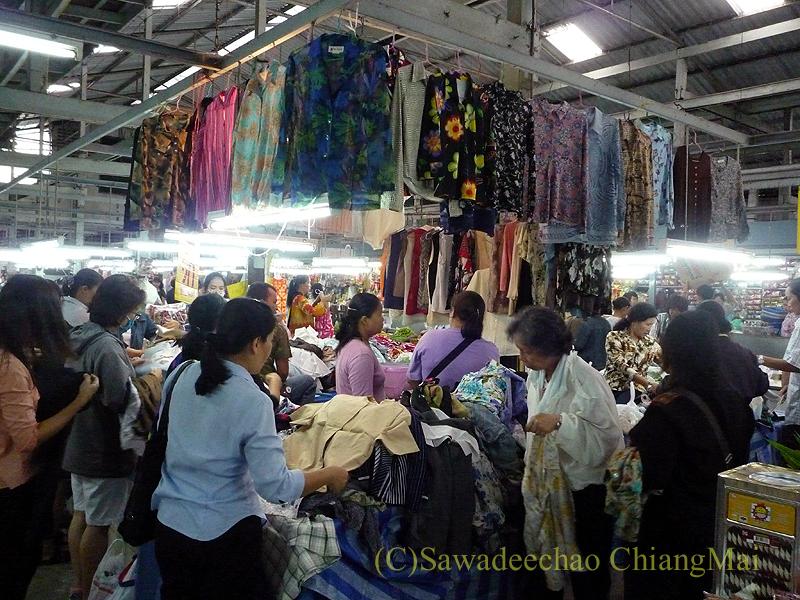 チェンマイのチャーンプアック市場の洋服屋