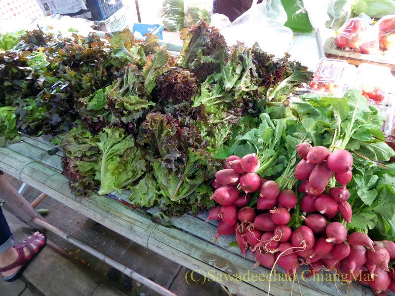 チェンマイにあるJJ日曜安全食品定期市の大きな東屋内の野菜売り