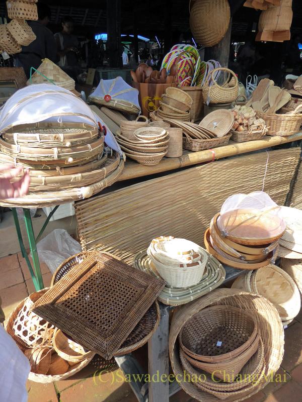 チェンマイにあるJJ日曜安全食品定期市の大きな東屋内のラタン雑貨屋