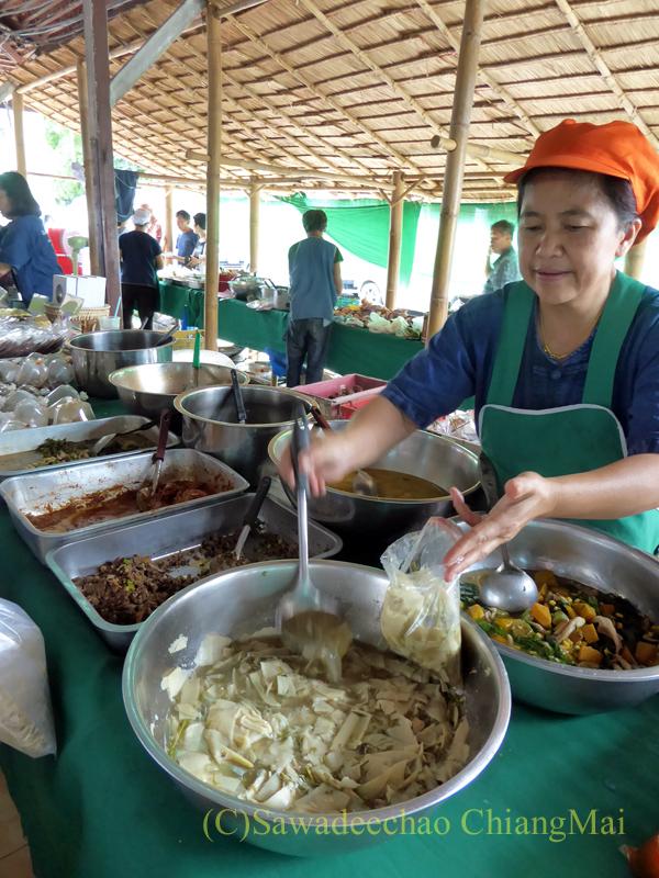 チェンマイにあるJJ日曜安全食品定期市の大きな東屋内のおかず屋