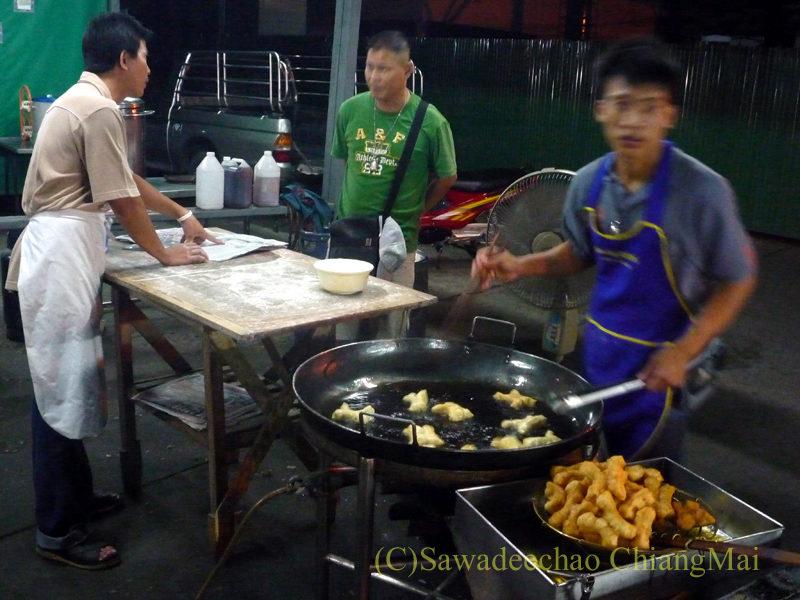 チェンマイ市内北東部に出る豆乳屋台の調理の様子