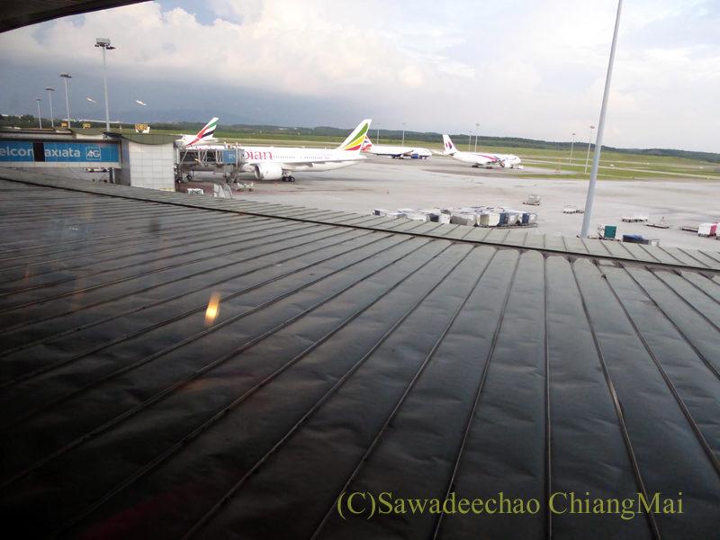 マレーシアの首都クアラルンプール国際空港(KLIA)サテライトターミナルにあるキャセイパシフィック航空ラウンジからの眺め