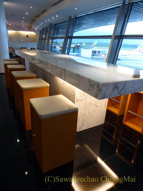 クアラルンプール空港キャセイ航空ラウンジのロングバー