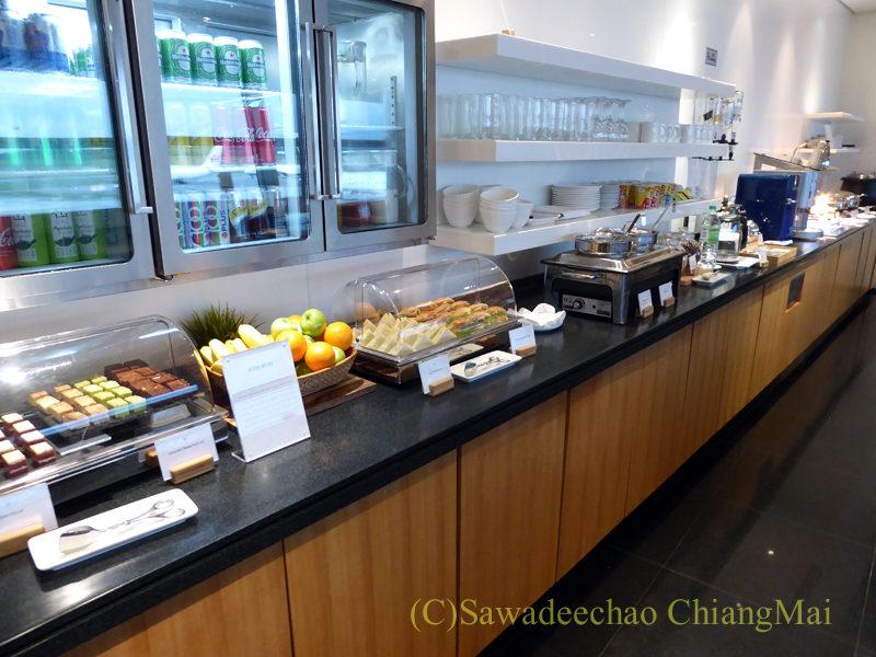 クアラルンプール空港キャセイ航空ラウンジの飲食物コーナー概観
