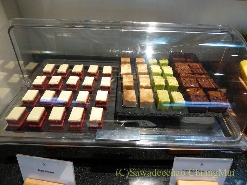 クアラルンプール空港キャセイ航空ラウンジのケーキ類