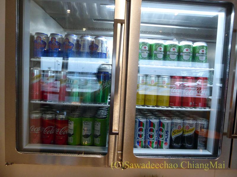 マレーシアの首都クアラルンプール国際空港(KLIA)サテライトターミナルにあるキャセイパシフィック航空ラウンジの冷蔵ケース