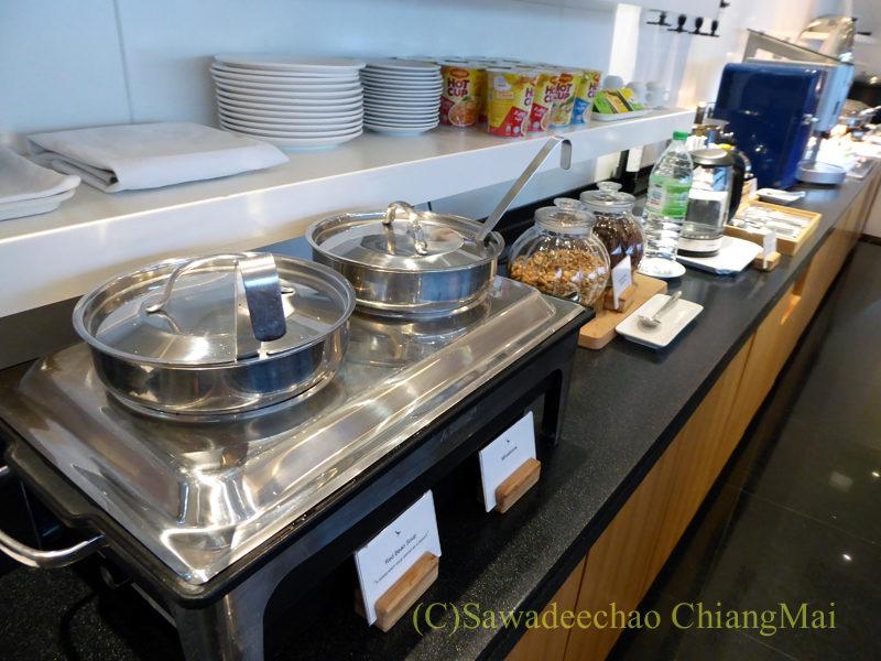 クアラルンプール空港キャセイ航空ラウンジの暖かい食べ物類
