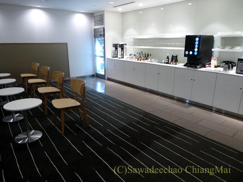 成田空港のカンタス航空ビジネスラウンジのバーコーナー