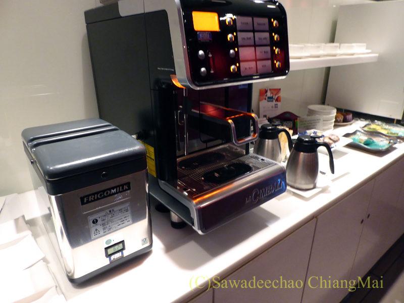 成田空港のカンタス航空ビジネスラウンジのコーヒーマシン