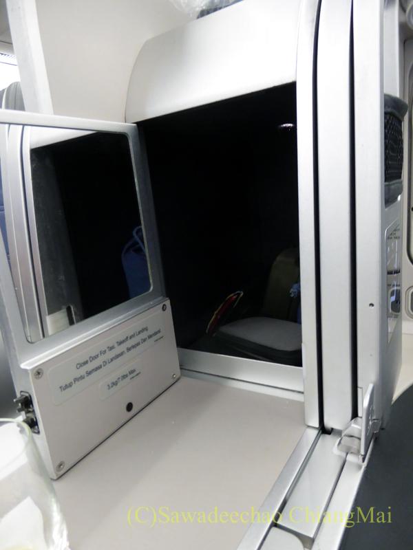 マレーシア航空MH71便のビジネスクラスの収納ボックス