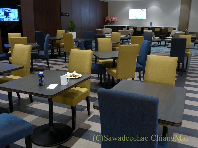 クアラルンプール空港マレーシア航空ゴールデンラウンジのテーブル席